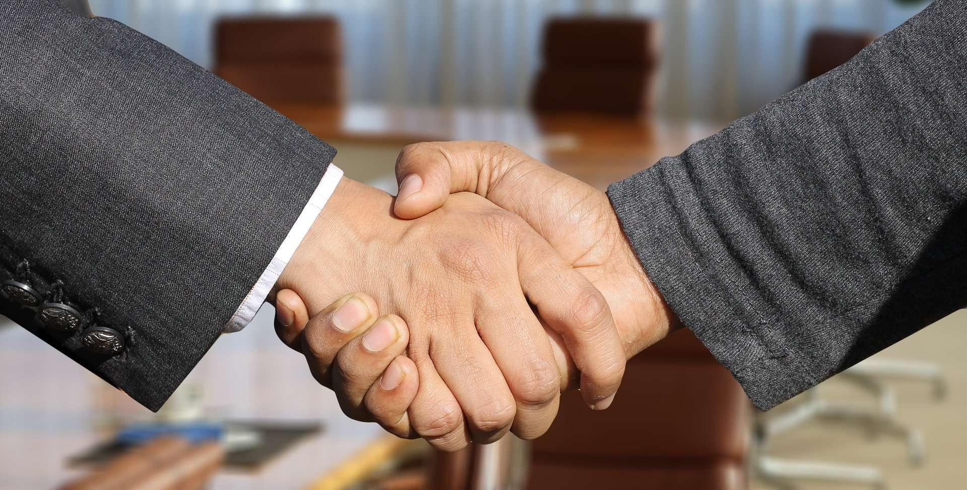 www.mydailyspanish.com Shaking Hands
